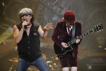 011. Постер: AC/DC и ее лидеры Brian Johnson и Angus Young