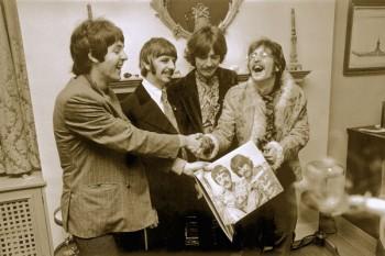 042. Постер: Первые экземпляры альбома the Beatles Sgt. Pepper's Lonely Hearts Club Band