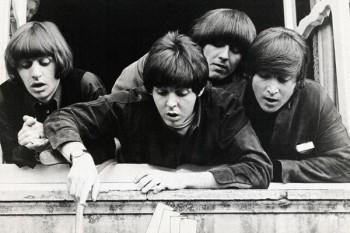 049. Постер: The Beatles, глядя вниз из окна
