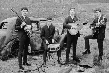 068. Постер: The Beatles на фоне старого автомобиля