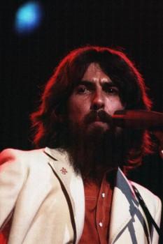 182. Постер: George Harrison играет на гитаре и поет на сцене. Концерт для Бангладеш