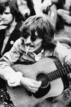 183. Постер: George Harrison играет на гитаре. Черно-белое фото