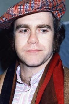 222. Постер: Elton John - одним из самых коммерчески успешных исполнителей 1970-х годов
