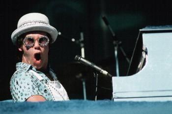 224. Постер: Elton John играет на рояле во время выступления