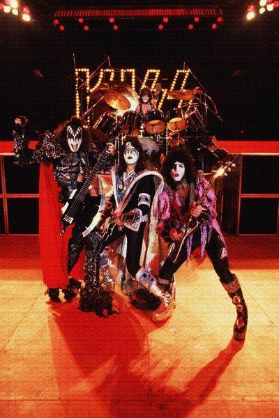 238. Постер: Kiss - команда, играющая в жанрах glam rock, shock rock и hard rock