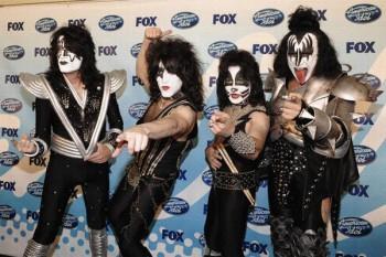 """239. Постер: Рок-группа Kiss позирует за кулисами, после выступления на """"American Idol"""" в финале в Лос-Анджелесе"""