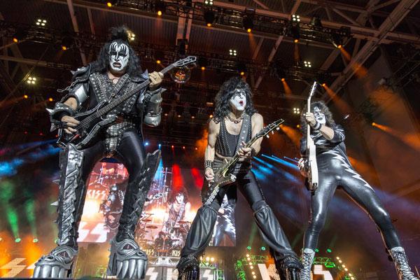 242. Постер: Kiss устраивали концерты, сопровождавшиеся различными пиротехническими эффектами