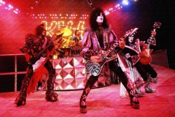244. Постер: Группа Kiss выступает на концерте