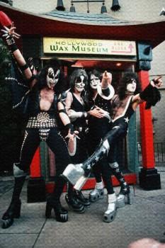 246. Постер: Kiss, где музыканты позируют перед камерой