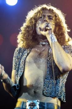 266-4. Постер: Robert Plant с микрофоном на сцене