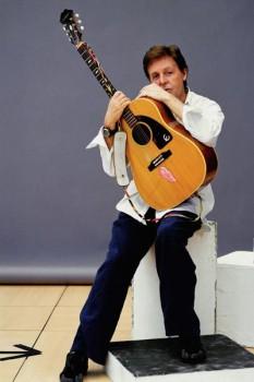 289. Постер: Кавалер ордена Британской империи Paul Mc`Cartney с гитарой