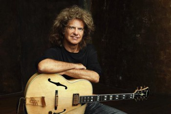 303. Постер: Pat Metheny с гитарой