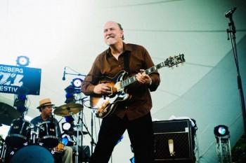 398. Постер: John Scolfield, играющий на гитаре