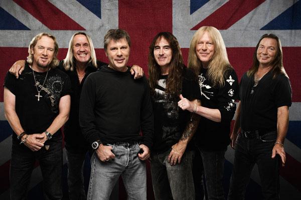 459. Постер: Группа Iron Maiden позирует на фоне национального флага