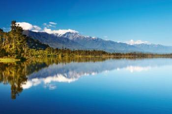 025. Пейзаж: Река с отражением гор