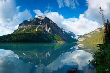 031. Пейзаж: Величественная гора у озера