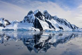 038. Пейзаж: Заснеженные горы на берегу