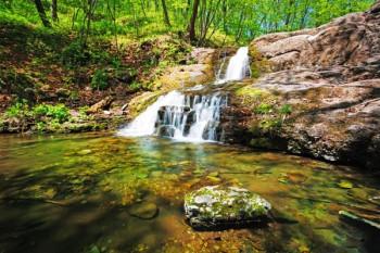 045. Пейзаж: Красивый лесной водопад